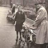 Глазові Леся та Андрійко з батьком 1960 рік