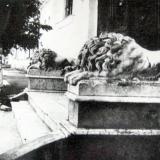 Знаменитые львы у дома Н. Аркаса