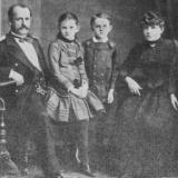 Дружина Ольга Іванівна, донька Оксана та сини Петро й Микола Аркас-молодший (праворуч скраю).