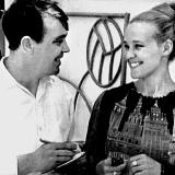 Вячеслав Козлов берет интервью у певицы Екатерины Шавриной. Снигиревка, 1970-й год.