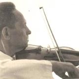 А.М. Топоров играет на скрипке. Николаев. 1961 г.