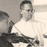 А.М. Топоров учит играть на скрипке внука Владимира. Николаев. 1961 г.