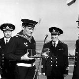 вручение подарка от лица экипажа КРУ Жданов адмиралу В Чернавину 1983 г