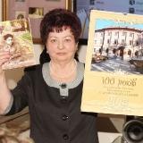 Директор музея И.А. Романкевич  с подарками от николаевцев в фонды М.С. Лисянского