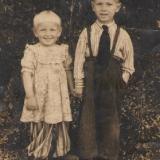 Вiра Марущак з братиком у 4 роки